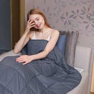 Girl Using the ZonLi Weighted Blanket
